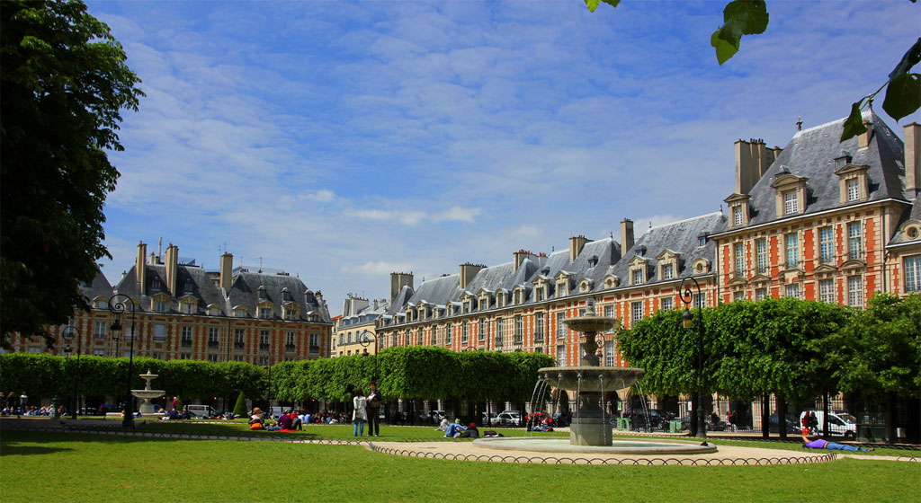 Place des Vosges via Monuments de Paris